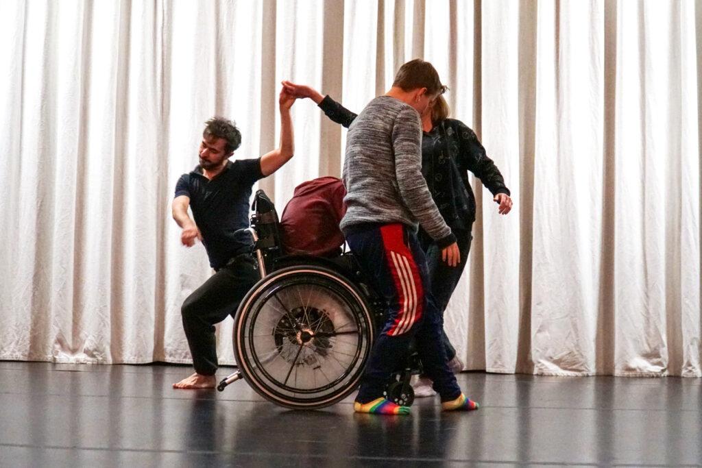 ShareMusicLab i Gnosjö 2019 var ett tvärkonstnärligt labb med musiker och dansare. Temat för labbet var mötet mellan maskin och människa och att undersöka saker som är viktiga för hela systemet, som arbete, för att sedan översätta det genom kroppen. Foto: ShareMusic & Performing Arts