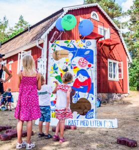 """På Korrö Folkmusikfestival finns varje år barnens egna, bl a som här """"kast med lien fiol""""."""