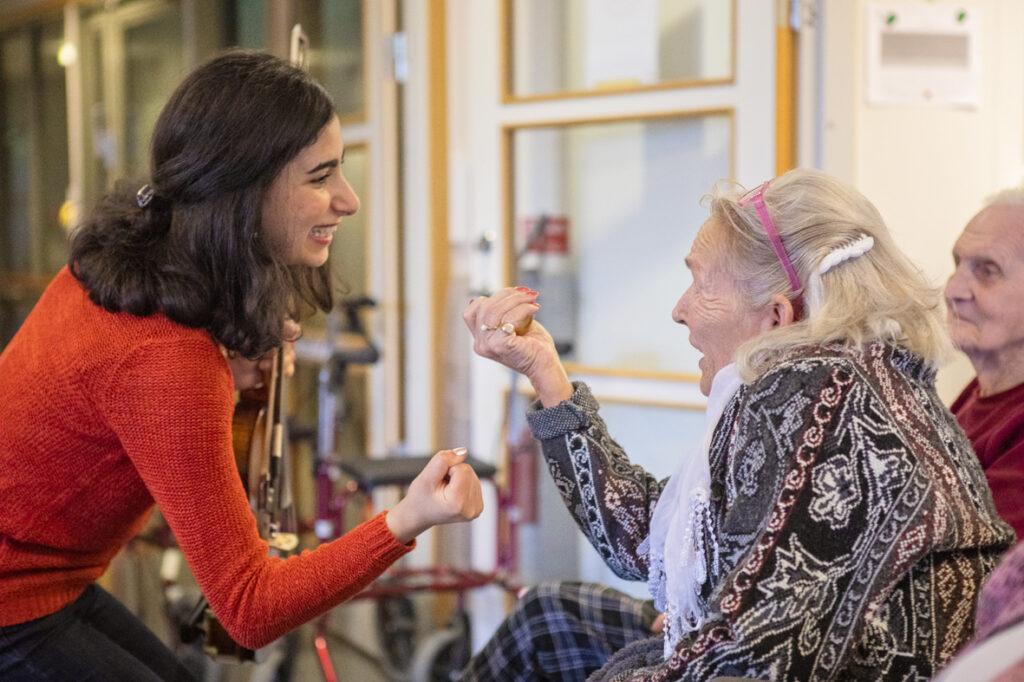 """Projektet """"Mötas i Musiks"""" fioltjej i rött Diana Parhizgar samspelar med Birgitta Skyllkvist."""